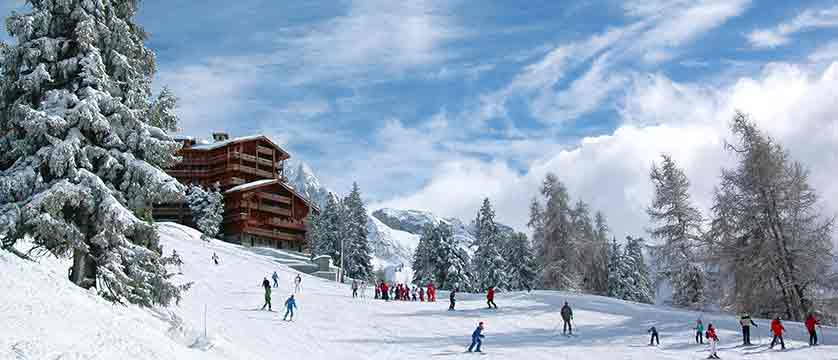france_paradiski-ski-area_la-plagne_skiers.jpg
